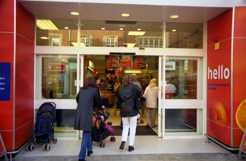 SA/BRA/7/B/31/3/71 - Image of customers entering 637/641 Christchurch Road, Boscombe branch