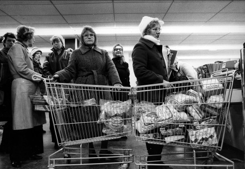 SA/SUB/FRE/6/9 - Photograph of Hornchurch Freezer Centre: customers with trolleys at checkout on opening day, 1978