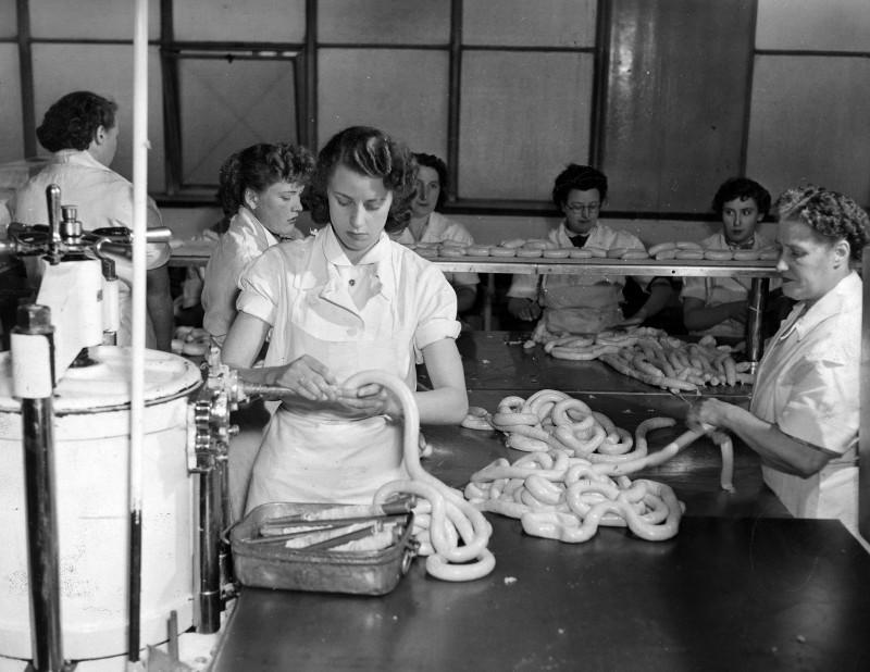 SA/BL/IMA/8/1 - Photograph of sausage filling and linking in Blackfriars factory, 1955