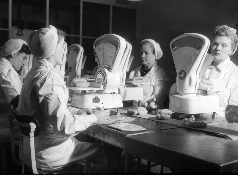 SA/BL/IMA/8/6 - Photograph of sausages being weighed in factory