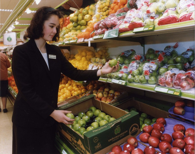 SA/BR/5/IMA/3/1 - Photograph of manager examining apples in store