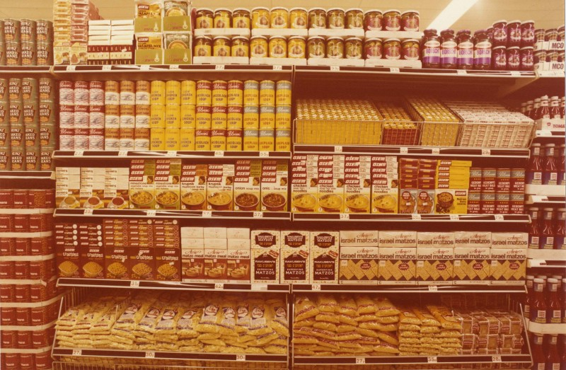 SA/BRA/4/2/1/30 - Merchandising guide page 17: Photograph of ethnic foods display