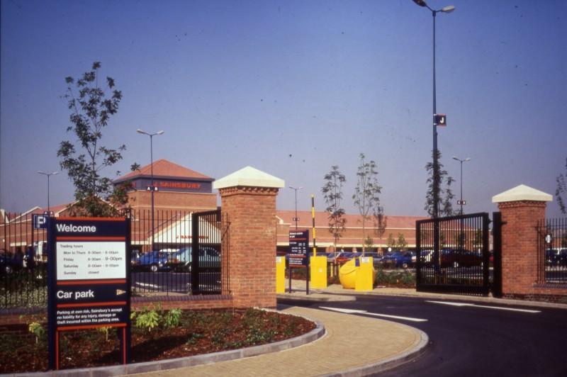 SA/BRA/7/A/3/12 - Image of the exterior and car park at Ealing Road, Alperton branch