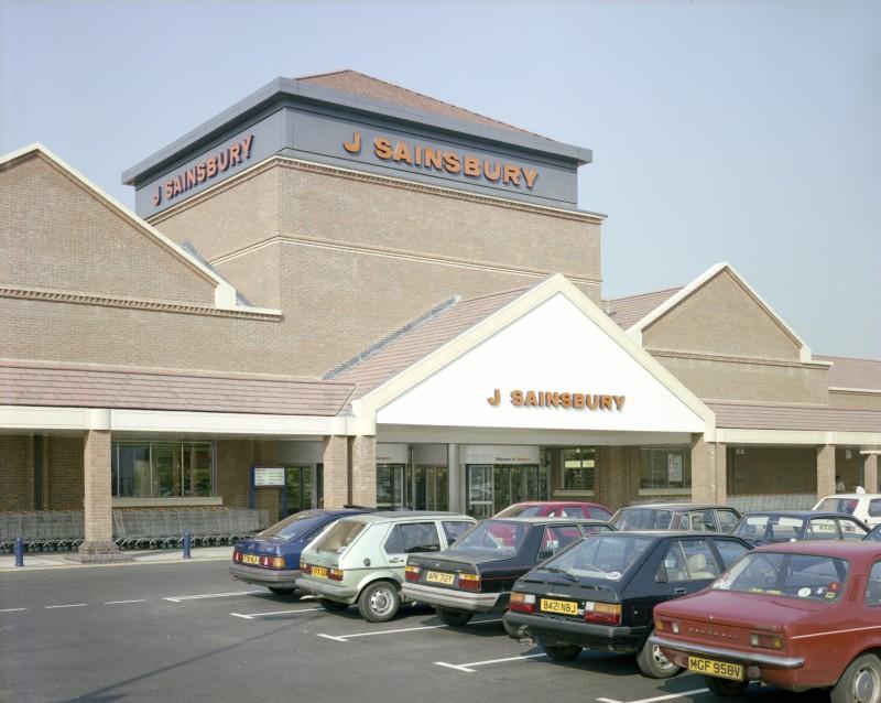 SA/BRA/7/A/3/4 - Image of the exterior and car park at Ealing Road, Alperton branch