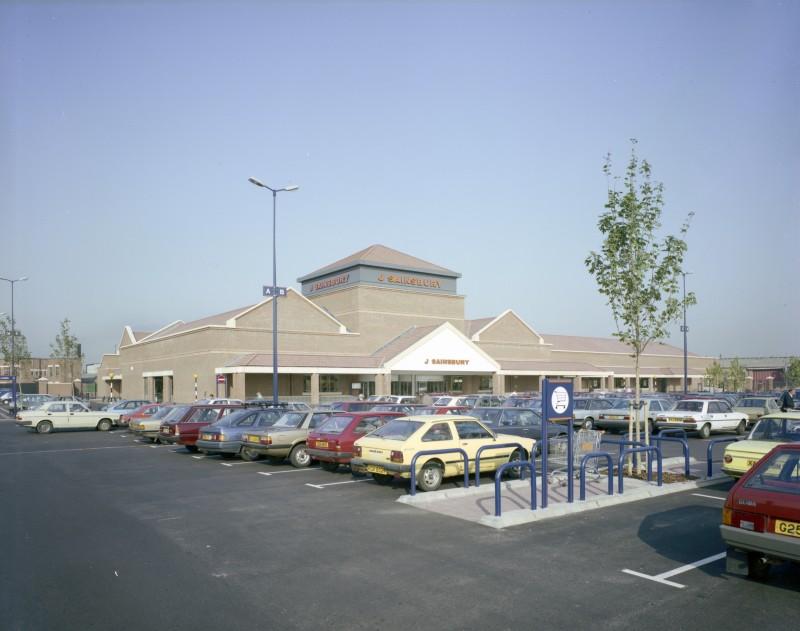 SA/BRA/7/A/3/5 - Image of the exterior and car park at Ealing Road, Alperton branch