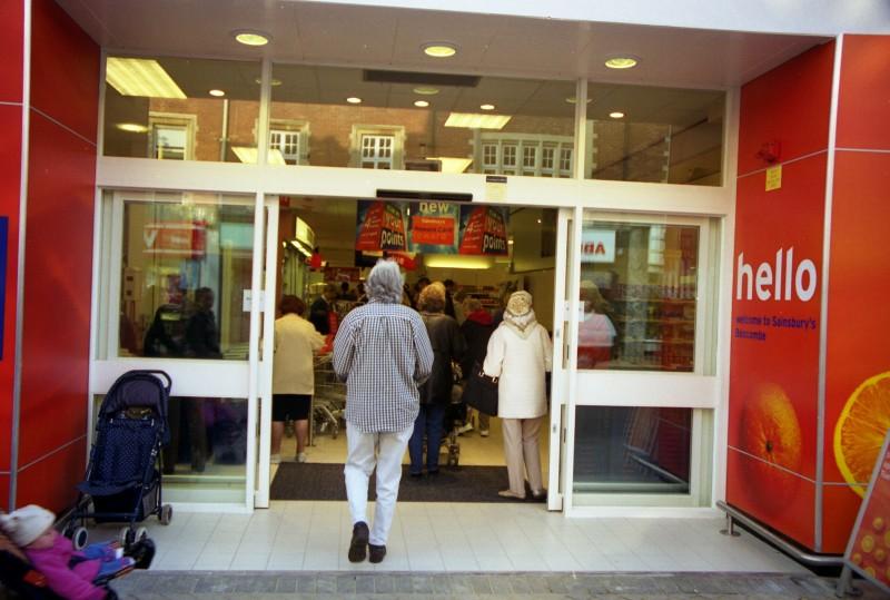 SA/BRA/7/B/31/3/70 - Image of customers entering 637/641 Christchurch Road, Boscombe branch