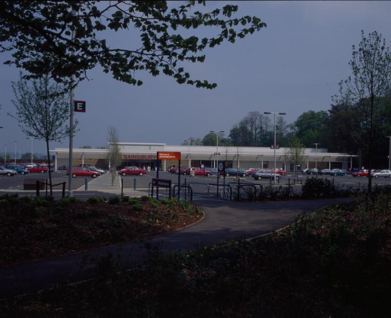 SA/BRA/7/B/46/2/55 - Image of the car park and exterior of Oxford Road, Banbury branch