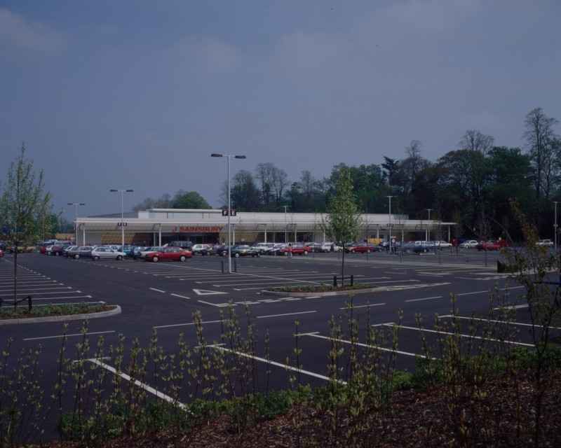 SA/BRA/7/B/46/2/65 - Image of the car park and exterior of Oxford Road, Banbury branch
