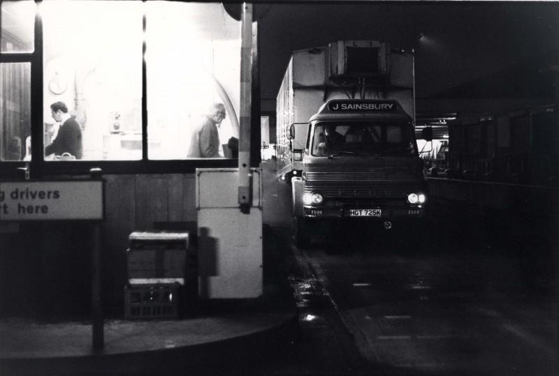 SA/DEP/4/6/15 - Photograph of lorry 3508 at [entrance/gatehouse] to Charlton Depot