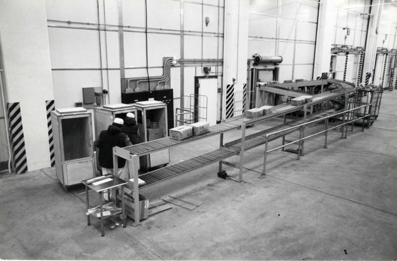 SA/DEP/4/6/33 - Photograph of small conveyor belt line at Charlton Depot