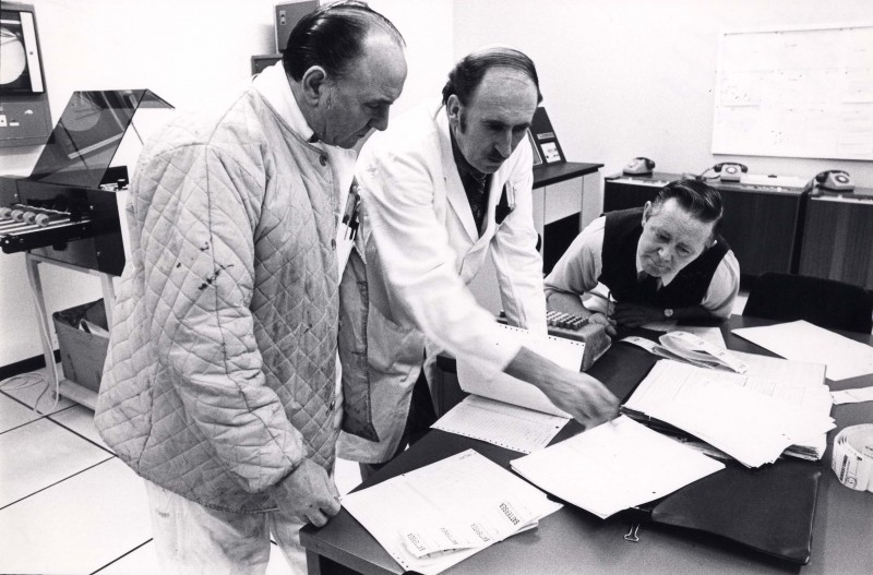 SA/DEP/4/6/48 - Photograph of Charlton Depot, 1977 - Computer Room - Mick Swindon, Ken Burgess, Bob Tobin
