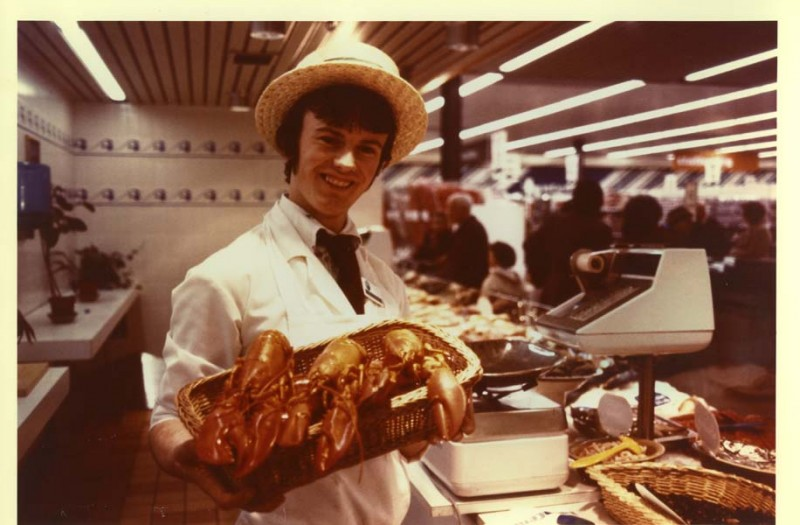 SA/SUB/SBHS/A-Z/W/IMA/1/11 - Photograph of male employee with lobsters at Savacentre Washington fish counter